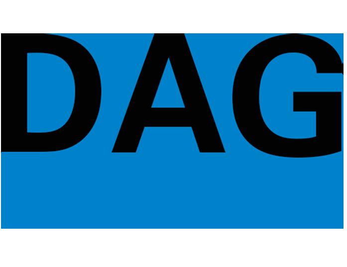 Logo der DAG schwarze Schrift blauer Hintergrund